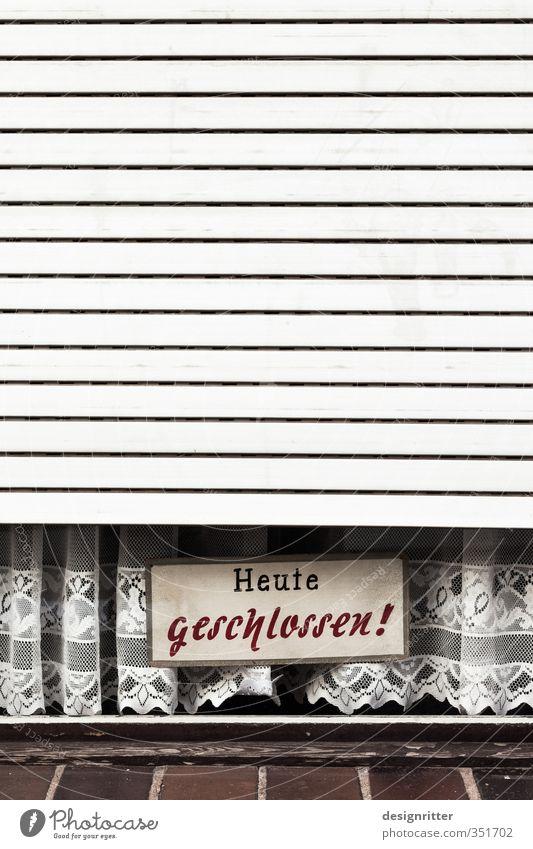 Urlaubszeit Arbeit & Erwerbstätigkeit Haus Gebäude Architektur Fenster Rollladen Jalousie Fensterladen Gardine Zeichen Schilder & Markierungen Hinweisschild
