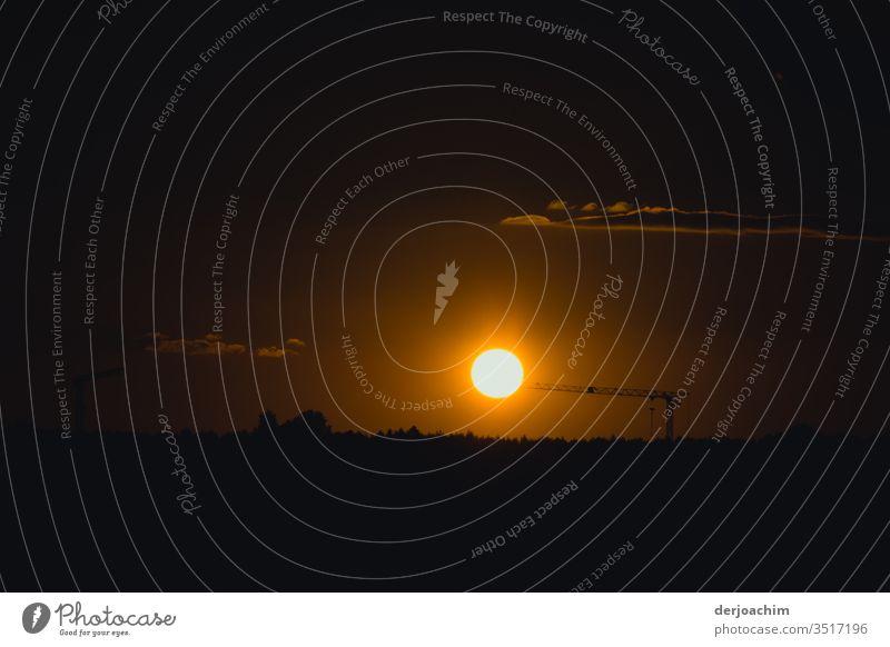 Die Sonne hängt  am Kran!. Sie soll noch nicht untergehen. Sonnenuntergang in Franken. Fast Wolkenloser Himmel. Abend Natur Schatten Abenddämmerung Dämmerung
