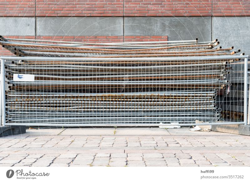 gestapelte Absperrgitter hinter Absperrgitter gitterzaun Baustelle Gitter Barriere Metall Zäune Metallzaun Sicherheit Konstruktion Zaun Schutz Absperrung