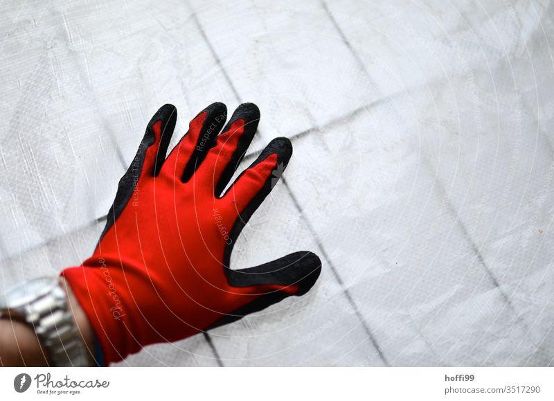Roter Handschuh auf Bauplane am Absperrgitter rot Handschuhe Arbeitsbekleidung Schutzbekleidung Arbeitshandschuhe Arbeit & Erwerbstätigkeit Beruf Baustelle