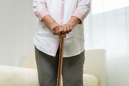 Knieschmerzen einer älteren Frau mit Stock, Gesundheitsproblem des Seniorenkonzepts Schmerzen gealtert Arthritis Körper Knochen Pflege Kaukasier Unbehagen