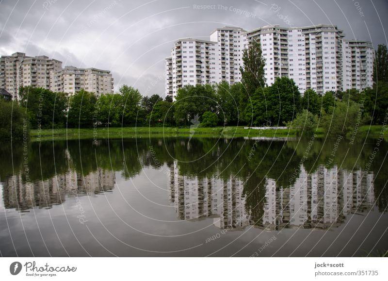 Merkwürdiges Viertel Wasser Himmel Wolken Klimawandel schlechtes Wetter Teich Wohnhochhaus Fassade eckig groß modern Stadt Stimmung Einigkeit ruhig trist Idylle