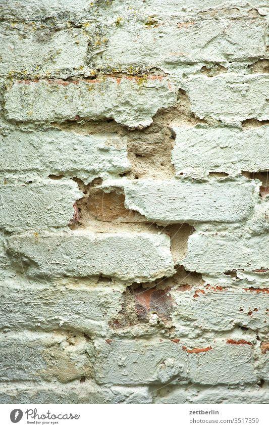 Schadhaftes Mauerwerk mauer mauerwerk schaden schadhaft fehler gebinde ziegel ziegelstein loch putz weiß fuge mauerstein wand