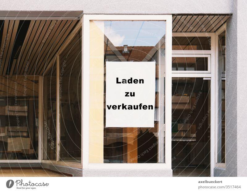 Laden zu verkaufen - Schild im Schaufenster laden zu verkaufen Geschäftsaufgabe Leerstand Krise Ladengeschäft Business Wirtschaft Verlassen Fenster leer