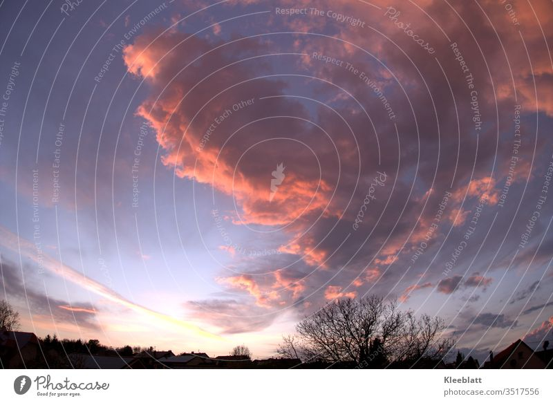 Rote Gewitterwolken dramatische Farbgebung am Abendhimmel Außenaufnahme extrem Farbkombination Natur Unwetter Klima schlechtes Wetter Sturm Klimawandel Farbfoto