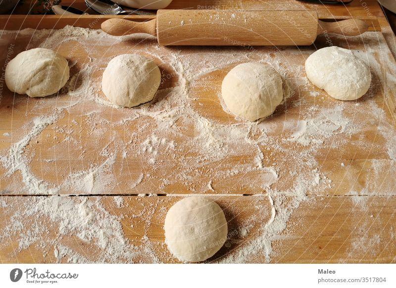 Pizza. Der Prozess der Herstellung von Pizzateig Teigwaren Essen zubereiten Lebensmittel Vorbereitung Tisch Küche backen roh Zutaten Italienisch Petersilie rund