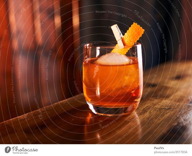 Old Fashioned Cocktail Glas auf einer Bar Klassiker Cocktailglas Trinken Alkohol Whiskey Orangenschale Cocktailbar Cocktailkarte Getränkekarte Genusstrinker