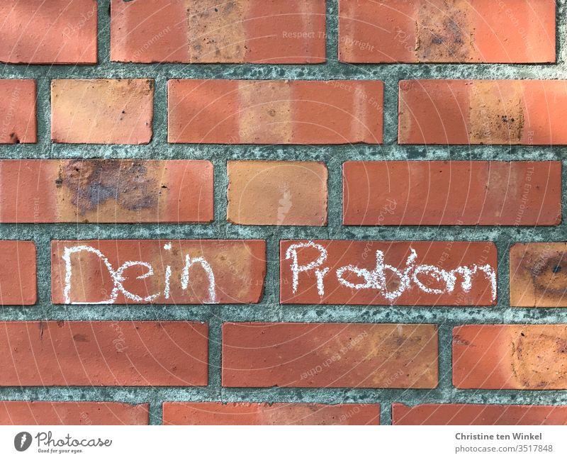 """""""Dein Problem"""" steht mit Kreide geschrieben an einer roten Backsteinmauer Schriftzeichen Schriftzug Journalismus Bildung Nahaufnahme Buchstaben Wort Text Satz"""