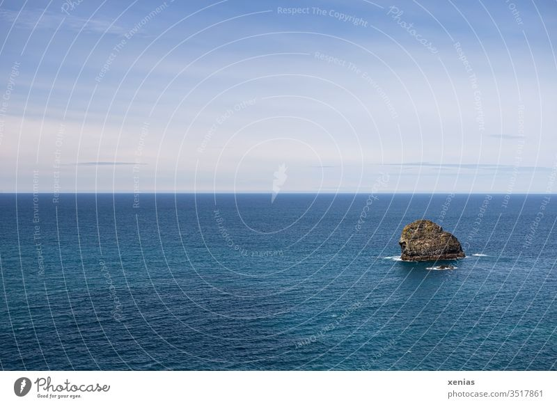 Blaues Meer bis zum Horizont, ein Felsen und schönes Wetter Ozean Ferien & Urlaub & Reisen Wasser See Himmel Küste Ferne Fernweh Landschaft Freiheit Tourismus