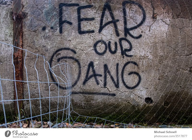 Graffiti: Schriftzug mit Drohung einer Bande (Gang) Schriftzeichen Wand Außenaufnahme Fassade Mauer Menschenleer drohung Angst angst machen Angst einjagen