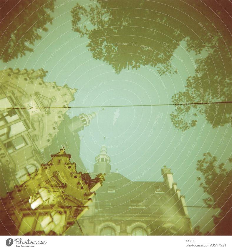 analoge Doppelbelichtung einer Häuserzeile, Jugenstilhaus Fassade alt Umriss kaputt Vergänglichkeit Papier verschwunden lost places abgerissen Holga Dia