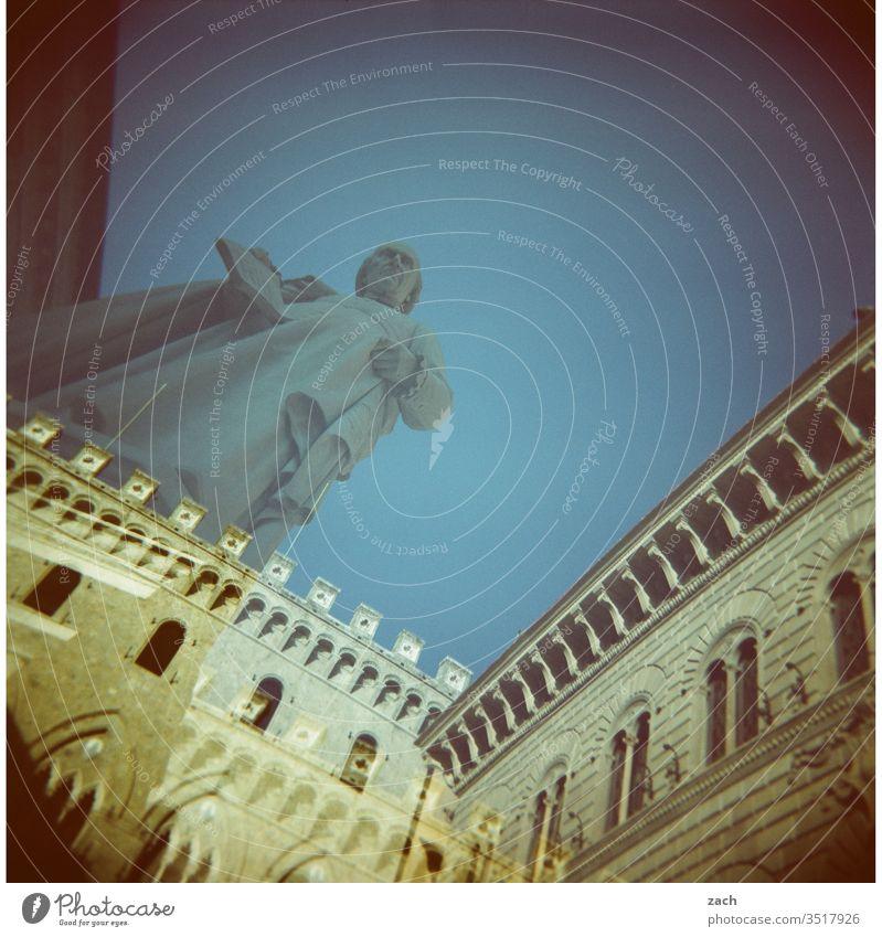 Doppelbelichtung auf einem Platz in Italien mit einem Denkmal - analog Holga Dia Lomografie Scan Experiment Cross Processing cross Himmel Haus Stadt Farbfoto