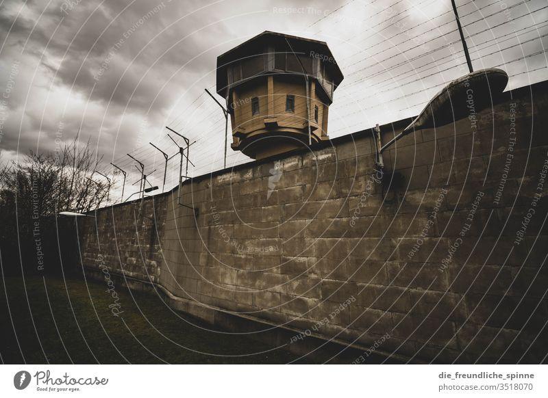 Gefängnis der Staatssicherheit Mauer Stasi stasigelände Draht Absperrung Zaun Sicherheit Barriere Wand Ministerium für Staatssicherheit gefangen