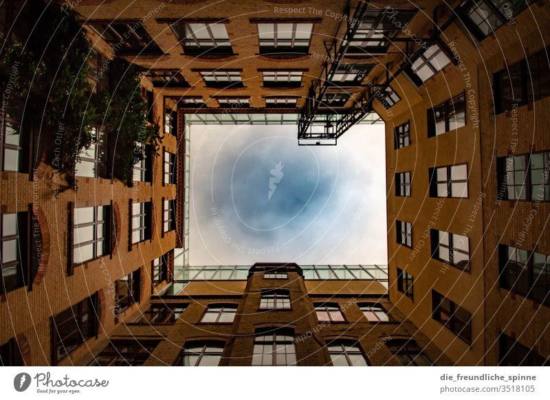 Innenhof mit Blick nach oben Blickwinkel Symmetrie Architektur Haus Gebäude Menschenleer Fassade Stadt Bauwerk Froschperspektive Häusliches Leben Hof Himmel