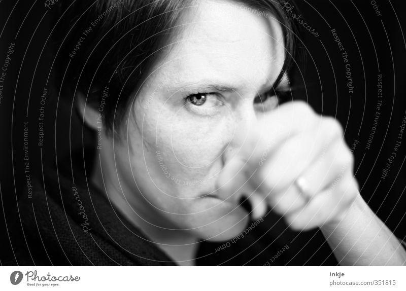 ...wird Sturm ernten Frau Erwachsene Leben Gesicht Auge Hand Faust 1 Mensch 30-45 Jahre kämpfen Blick Aggression Gefühle gefährlich uneinig Verachtung Wut