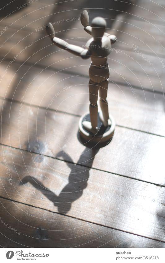 bitte abstand halten  (auch als geistige haltung) Figur Zeichenfigur Gliederpuppe Holzpuppe Holzfigur Zeichenkurs Licht und Schatten Lichteinfall Arme