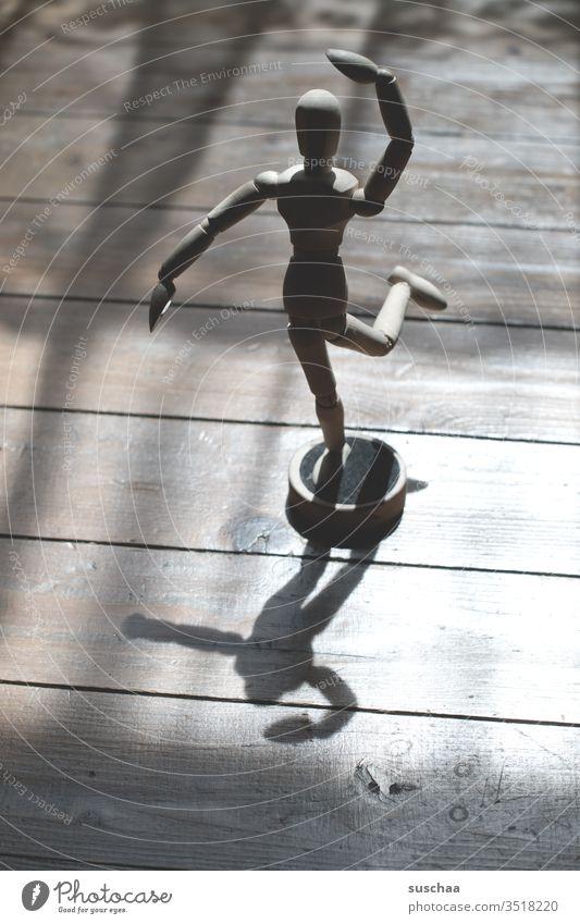 tanzende gliederpuppe Puppe Gliederpuppe Holz Holzpuppe Innenaufnahme Holzfigur Figur Zeichenkurs Gliedmaßen figürlich Licht Licht und Schatten Pose verstellbar