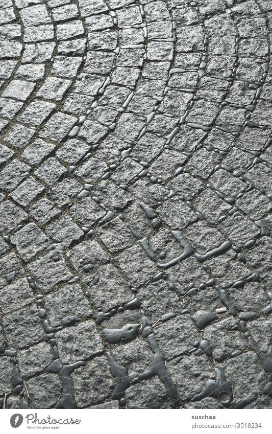 kopfsteinpflaster im sonnenlicht Pflaster Kopfsteinpflaster Straße Gehweg gepflastert Pflastersteine Fugen laufen Steine Anordnung Ordnung Zivilisation Licht