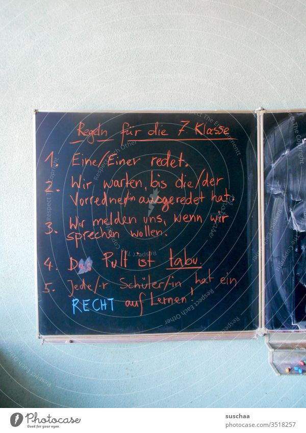 jeder schüler hat ein recht auf lernen Schule Bildung Lernen Klassenzimmer Tafel Schrift Text Regeln 7. Klasse Bildungssystem Kreide Tafelkreide Schüler Kinder