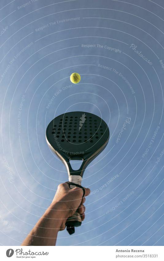 Paddle-Tennis-Schlag in der Luft, Hand, Schläger und Ball Paddeltennis Padel vereinzelt Remmidemmi abschließen Nahaufnahme Sport Objekte Erholung han