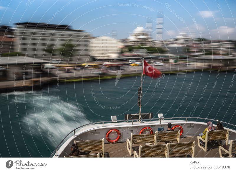 Die istanbuler Fähre nimmt Fahrt auf.. Istanbul ferry urban Stadt Bosporus See Schiff Hafen Barkasse Heimat Heimathafen Fährschiff Seefahrt ship Technik Stahl