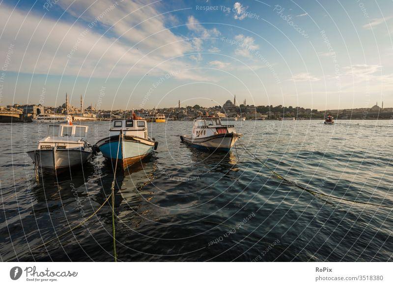 Fischerboote am goldenen Horn. Istanbul Galata Moschee Boot Stadt Verkehr traffic Bauwerk Boote Fluss river Konstruktion Stimmung Statik Festigkeit