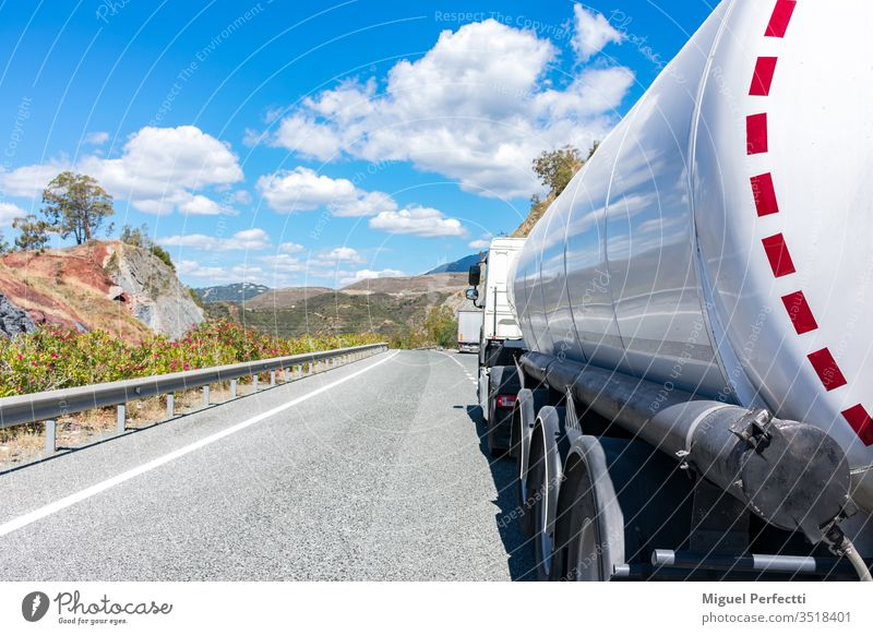 Tankwagen gefährliche Güter Brennstoff Flüssigtransport Erdöl Ölindustrie Straße Vorratsbehälter Diesel laden adr Spedition Lastwagen auf der Straße halb
