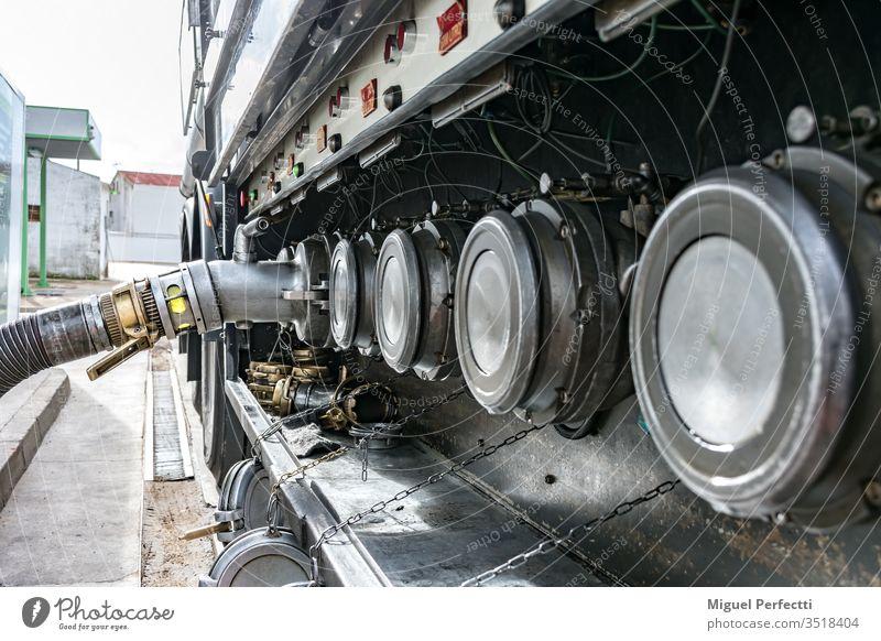 Tankwagen beim Entladen von Kraftstoff Brennstoff Vorrat Entlassung Flüssigtransport Erdöl Ölindustrie gefährliche Güter brennbar Tankstelle Diesel Industrie