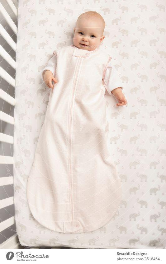 Seattle, WA / USA - Mai 2013: Sichere Schlafumgebung für Baby im Baumwollflanell-Schlafsack von SwaddleDesigns Flanell Baumwolle Sicherheit Seite Gewebe