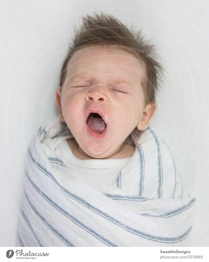 Seattle, WA / USA - Januar 2018: Sichere Schlafumgebung für Babys in Quadstreifenwickel aus Baumwoll-Musselin von SwaddleDesigns atmungsaktiv muselin wickeln