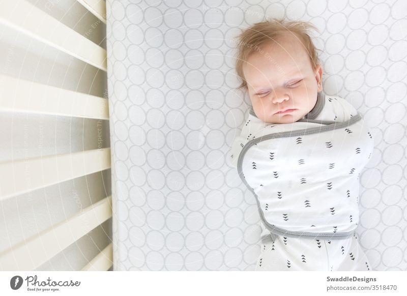 Seattle, WA / USA - November 2018: Sichere Schlafumgebung für Babys in Baumwoll-Omni-Wickelsäcken von SwaddleDesigns Sack omni Sicherheit stricken Baumwolle