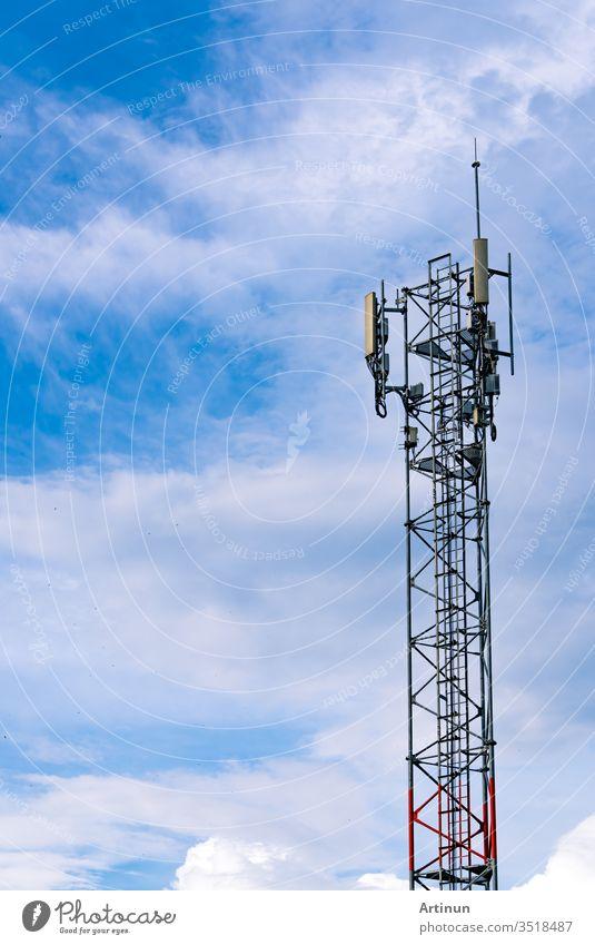 Fernmeldeturm mit klarem blauen Himmel als Hintergrund. Antenne auf blauem Himmel. Radio- und Satellitenmast. Kommunikationstechnik. Telekommunikationsindustrie. Mobil- oder Telekom 4g Netzwerk. Technik