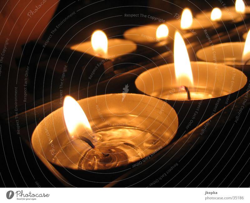 Candles Dekoration & Verzierung Kerze dunkel Wärme gelb schwarz Gefühle Stimmung Romantik Teelicht Kerzenschein Kerzenflamme brennen Warmes Licht Farbfoto