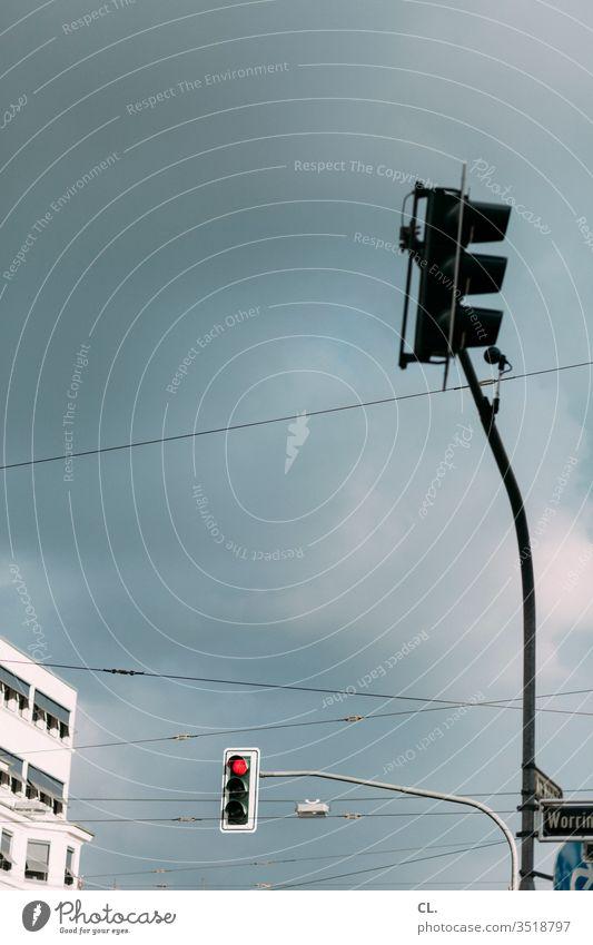 ampel Ampel Verkehr stoppen rot Halt Verkehrszeichen Straßenverkehr Berufsverkehr Stillstand Himmel Gebäude Strassenschild Verkehrswege Außenaufnahme Stadt Tag