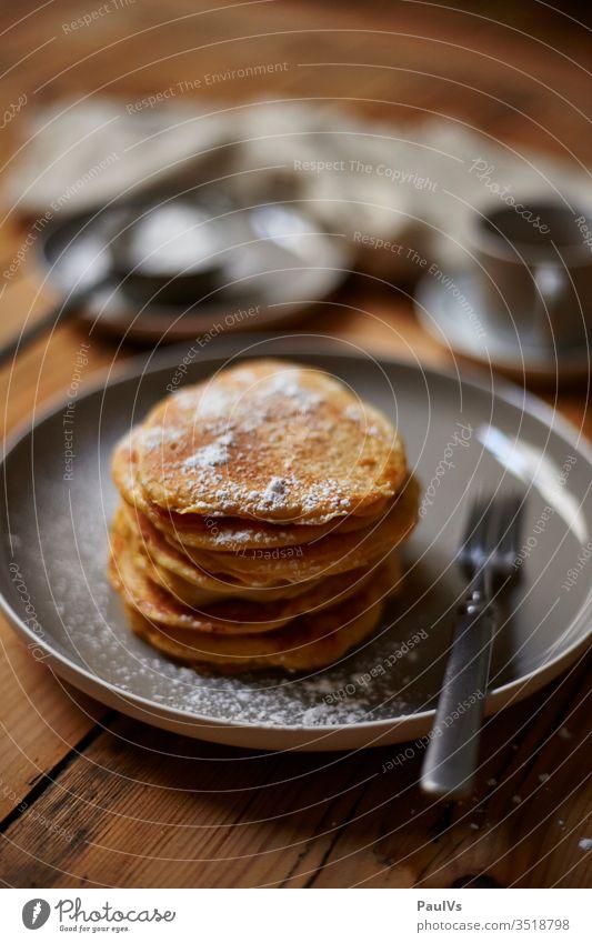Pancake Frühstück Pancakes süß selbstgemacht Available Light Katerfrühstück Genuss Backwaren Rezept Staubzucker amerikanische Pfannkuchen gönnen Teller