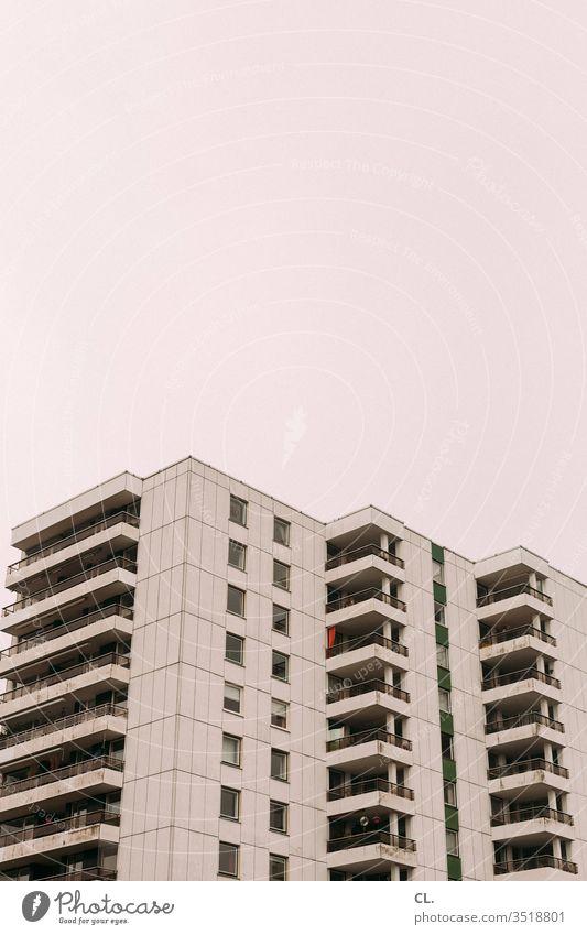 hochhaus Hochhaus Fassade Himmel urban Stadt Architektur Gebäude anonym Plattenbau wohnen Balkon trist Farbfoto Menschenleer Außenaufnahme