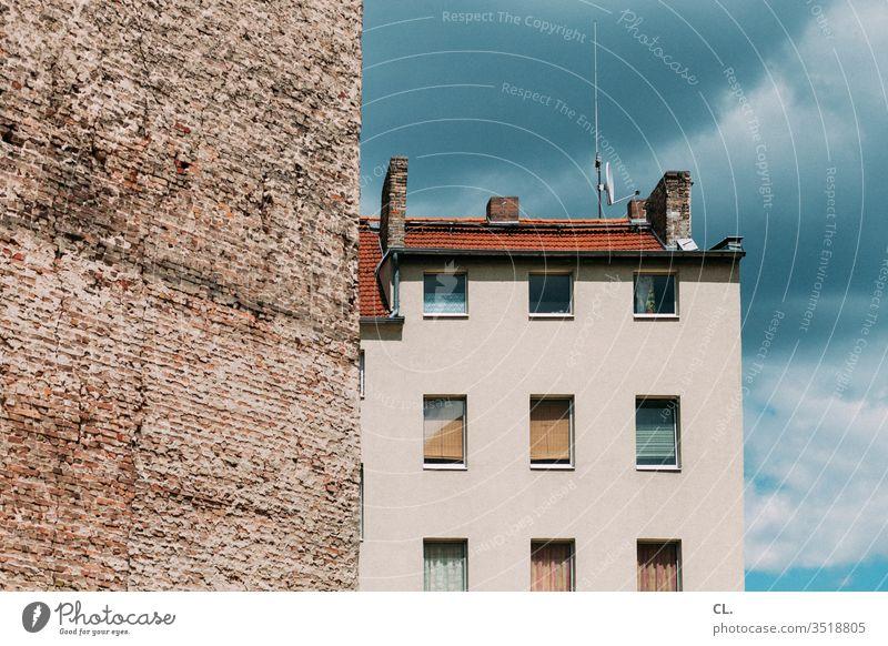 mauer und haus Mauer Haus Architektur Gebäude Himmel Fassade Fenster Antenne Wand Stadt Brandwand wohnen Dach Hochhaus immobilien Immobilienmarkt