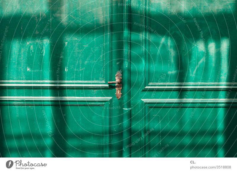 grüne tür Tür Eingang geschlossen türklinke Eingangstür Holztür alt Tor Sicherheit Schloss historisch Eingangstor Griff Schlüsselloch Holztor Türschloss antik