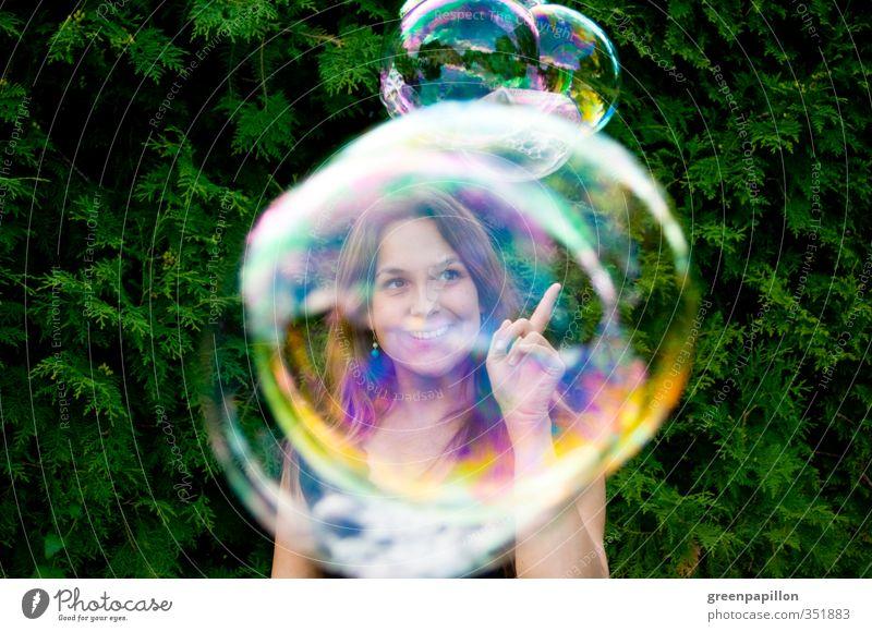 Seifenblasen fangen Frau Jugendliche Sommer Freude Junge Frau feminin lachen Spielen Garten träumen fliegen Kindheit Finger Kugel Schweben Blase
