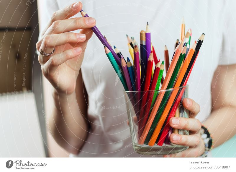 Nahaufnahme einer Frau, die Buntstifte aus einem Glas nimmt farbenfroh Kreativität Schule Zeichnung Künstler farbig Farbstift kreativ Designer zeichnen Bildung