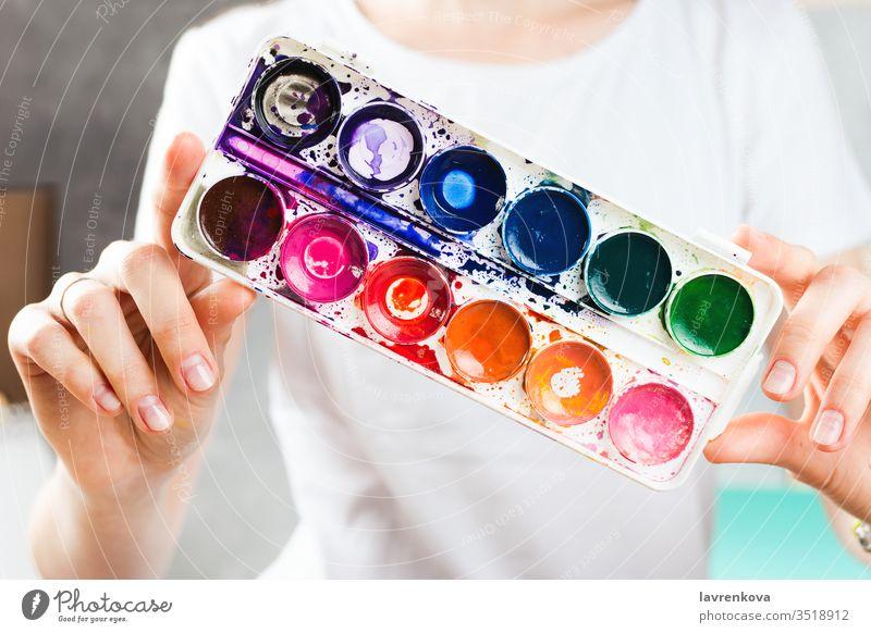 Nahaufnahme einer Frau, die Aquarellfarben in den Händen hält Handwerk Farbe Spaß Kreativität Künstler Kaukasier farbenfroh Konzept kreativ Designer Zeichnung