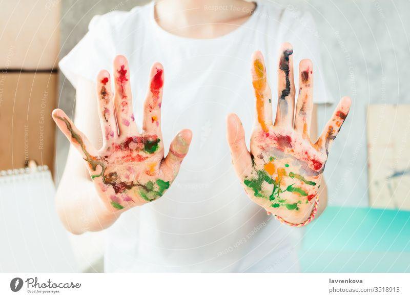 Nahaufnahme der mit Aquarellfarben gemalten Frauenhände Mädchen Zeichnung Farbe Person Künstler schön farbenfroh kreativ zeichnen Farbstoff Bildung festlich