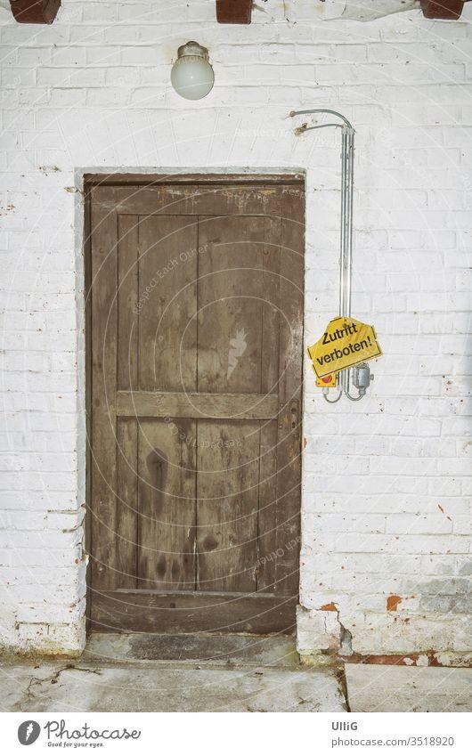 """""""Zutritt verboten"""" Schild neben der Tür eines alten historischen Fabrikgebäudes. verschlossen Eingang Fassade Gebäude Architektur Lampe Licht Hinweis verlassen"""
