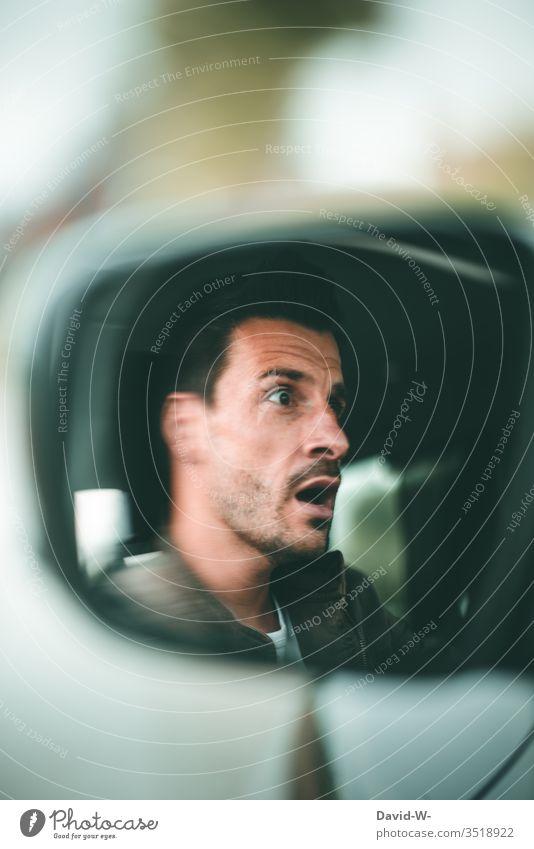 Auto - Autospielgel Mann Gesicht erschrocken kurz vor dem Unfall Autofahren Autospiegel Autounfall Angst unaufmerksam Straßenverkehr Achtung Spiegelbild