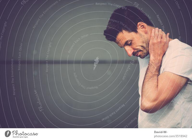 Mann nachdenklich vor grauer Wand pose überlegen überlegend unentschlossen unsicher Gedanken Denken Kopf Gesicht Bart Dreitagebart Erwachsene 1 Porträt Farbfoto