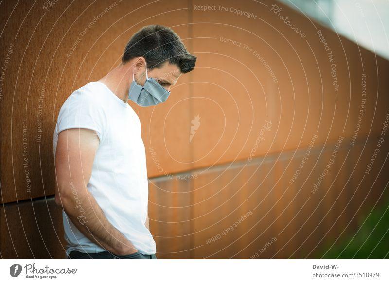 Corona - Mann nachdenklich mit selbstgemachter Atemschutzmaske im Freien coronavirus Virus Mundschutz Krankheit Coronavirus Gesundheit Pandemie Schutz