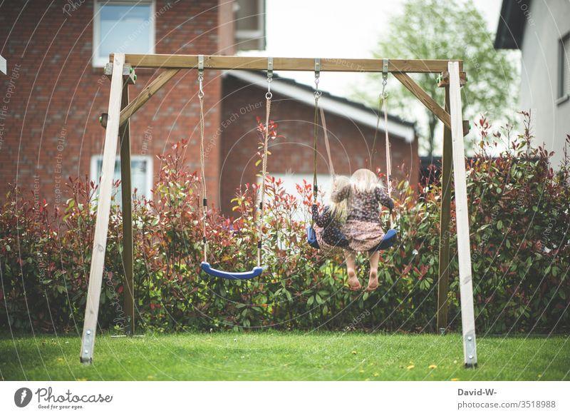 Wörtlich genommen l wir werden das Kind schon schaukeln kind Schaukel draußen natur Garten spielen Quarantäne alleine Bewegungsunschärfe Fotomontage kreativ