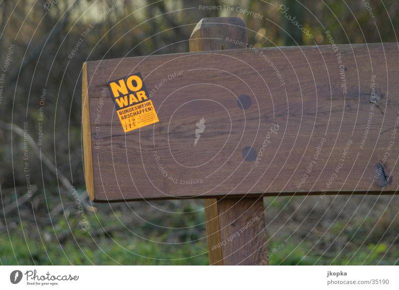 no war Baum schwarz Wald gelb Freiheit Park braun sitzen Schilder & Markierungen Schriftzeichen Bank Kultur Frieden Zeichen Krieg Bundeswehr