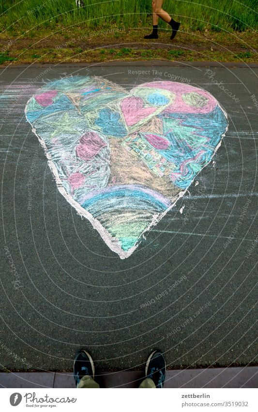 Buntes Herz emotion frühling frühlingsgefühl frühlingsgefühle herz kreide kreidemalerei kreidezeichnung liebe liebeserklärung partnerschaft pflastermalerei