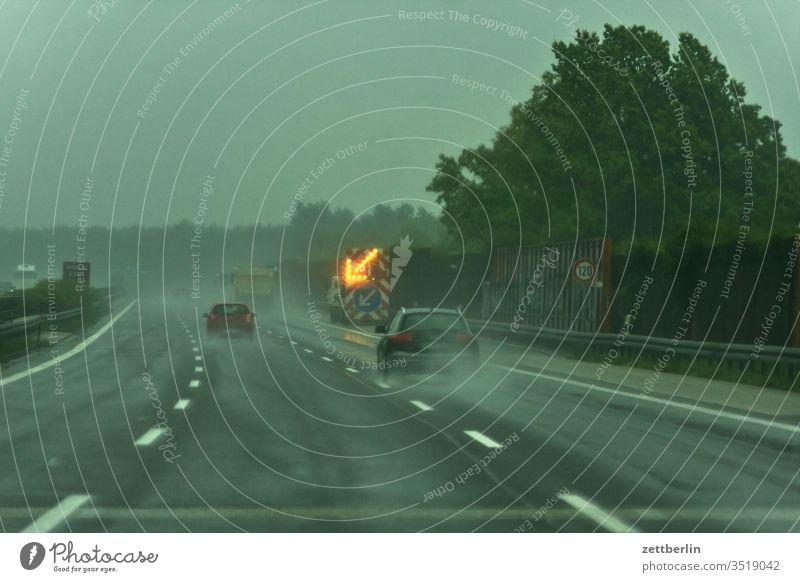 Wanderbaustelle auf der Autoabahn asphalt autobahn fahrbahnmarkierung gefahr gefährlich hinweis linie links navi navigation nebel orientierung pfeil rechts